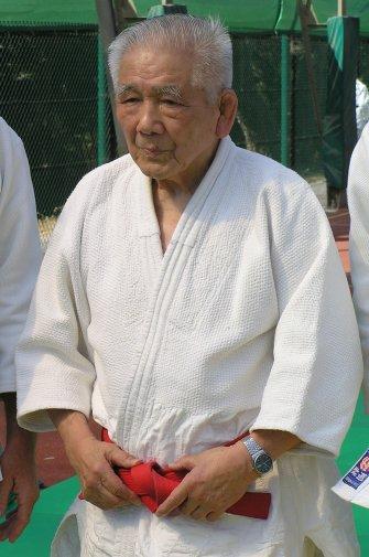 470e2ba3405a ... encore à plus de 80 ans à enseigner le judo avec enthousiasme,  gentillesse et une grande sérénité. Etant 9ème dan, il porte une ceinture  rouge.